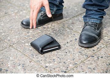 homem, colher, caído, carteira