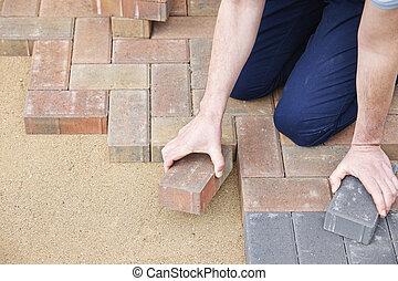 homem coloca, blocos, para, pátio