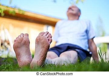 homem coloca, ligado, capim, field., ele, relaxe, ligado, natureza, em, summer.