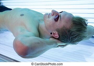 homem, com, óculos de sol, ligado, bronzeando, cama, em,...