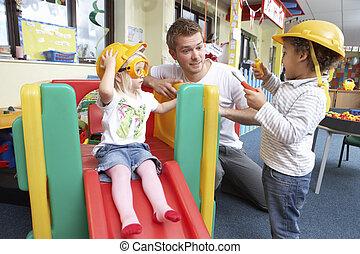 homem, com, jogar crianças, junto