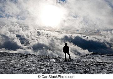 homem, com, nublado, fundo