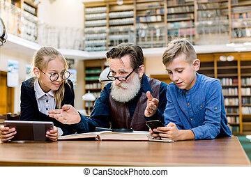 homem, comparando, tradicional, menina, school-age, idoso, livro, avôs, barbudo, menino, sorrindo, tabuleta, book., ler, crianças, crianças, seu, pequeno, e-reader, smartphone, convencer, tentando