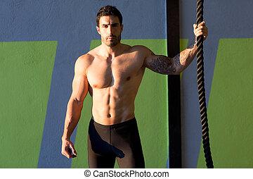 homem, crucifixos, corda, ajustar, escalando, ginásio, segurando mão