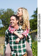 homem, dar, seu, bonito, namorada, um, carona piggyback