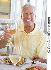 homem, desfrutando, refeição, com, um, vidro vinho