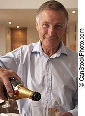 homem, despejar, um, vidro champanhe