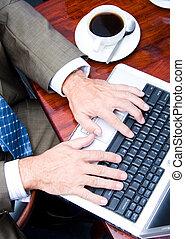 homem, digitando, ligado, teclado