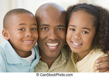 homem, e, dois, filhos jovens, abraçar, e, sorrindo