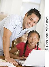 homem, e, menina jovem laptop, em, jantando quarto, sorrindo