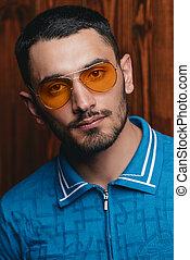homem, em, amarela, óculos de sol