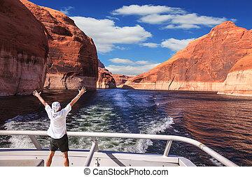 homem, em, camisa branca, ligado, a, popa, bote