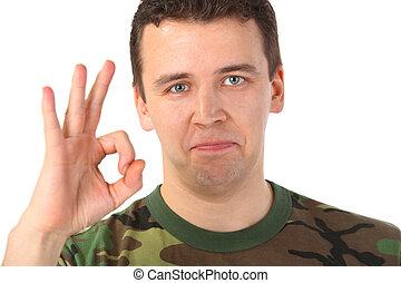 homem, em, camuflagem, mostra, gesto, ok