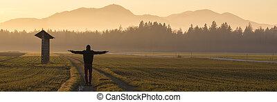 homem, em, capa inverno, e, chapéu, ficar, ligado, estrada rural