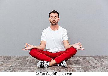 homem, em, casual, pano, sentar posição lotus