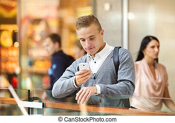 homem, em, centro comercial