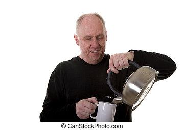 homem, em, pretas, despejar, chá