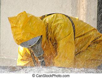 homem, em, um, amarela, químico, proteção, paleto, executando, chuva