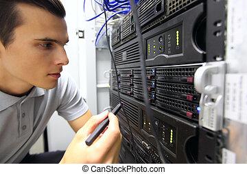 homem, em, usuário rede, sala