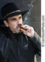 homem enfrentado, charuto fumando