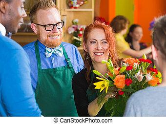 homem enfrentado, com, mulher, em, loja flor