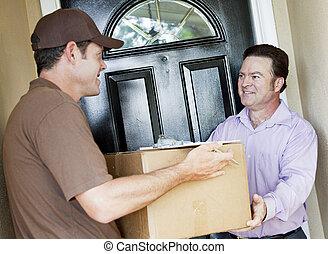 homem entrega, pacote, recebe