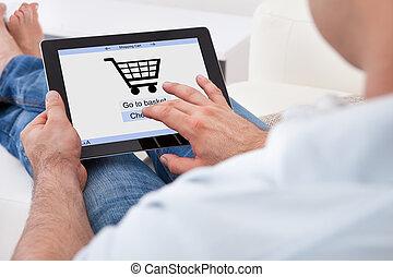 homem, fazendo compras online
