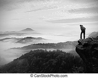 homem, ficar, ligado, rochoso, pico, dentro, alvorada, e, relógio, sobre, nebuloso, paisagem.