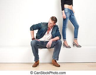 homem, fundo, fêmea sentando-se, par, pernas, bonito