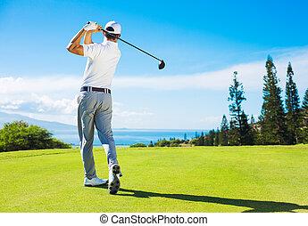 homem, golfe jogando, bater, bola, de, a, tee