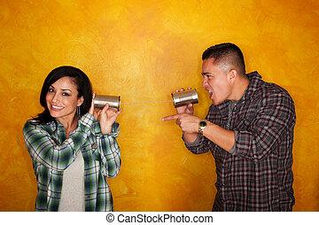 homem hispânico, e, mulher, comunicar, através, latas lata
