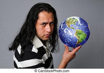 homem hispânico, segurando, terra