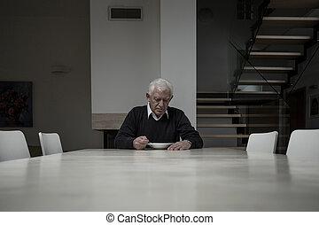 homem idoso, comer, jantar
