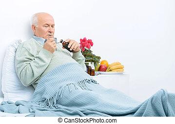 homem idoso, descansos, cama, e, despeja, tosse, syrup.