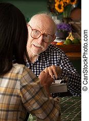 homem idoso, em, lar, com, cuidado, fornecedor, ou, levantamento, taker