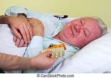 homem idoso, recebendo, medicação