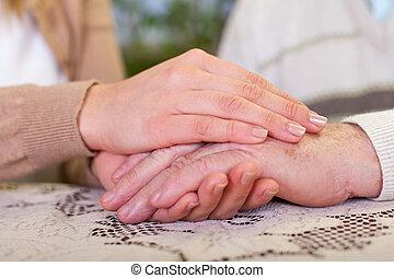 homem idoso, segurando, granddaughter's, mãos