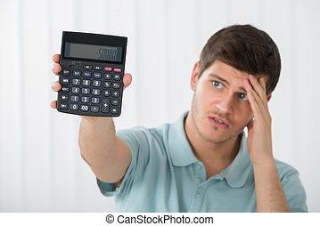 homem infeliz, segurando, calculadora