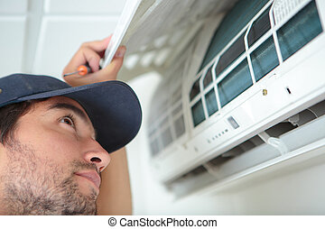 homem, inspeccionando, condicionamento, unidade, ar