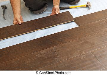 homem, instalar, novo, laminate, madeira, pavimentando