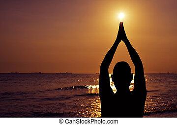 homem, ioga, jovem, ao ar livre