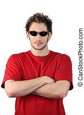 homem jovem, óculos sol cansativo