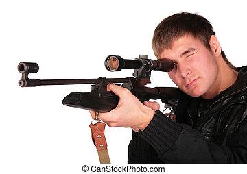 homem jovem, apontar, de, franco-atirador, arma