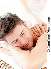 homem jovem, atraente, massagem, desfrutando