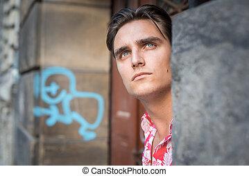 homem jovem, bonito, olhar sério
