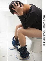 homem jovem, com, frustrado, expressão, sentando, banheiro, assento