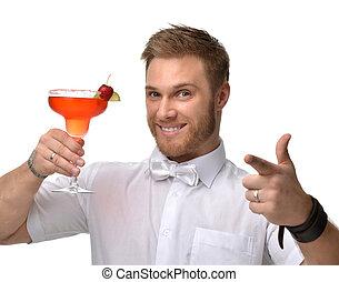 homem jovem, com, vermelho, moranguinho, margarita, coquetel, bebida, suco, feliz, apontar, um, dedo