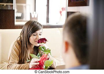 homem jovem, dar, um, rosa, seu, namorada