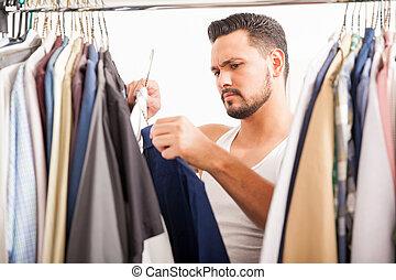 homem jovem, decidir, que, roupas, para, desgaste