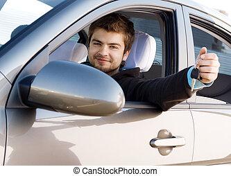homem jovem, dirigindo um carro